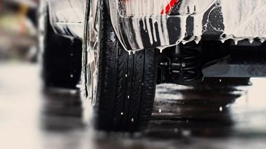 Støvsug og vask bilen